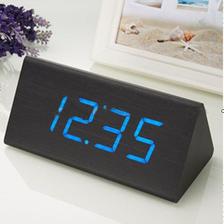 """Часы-будильник """"Пирамида"""" 21 см с термометром черное дерево синие цифры зв. активация"""
